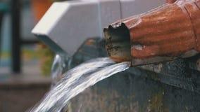 Tubatura dell'acqua durante la pioggia archivi video