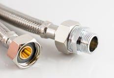 Tubatura dell'acqua elastica della fibra del metallo con i connettori Immagini Stock Libere da Diritti