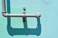 Tubatura dell'acqua su fondo blu Fotografie Stock Libere da Diritti