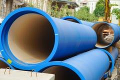 Tubature dell'acqua ondulate di colore blu, grande diametro, per porre immagine stock