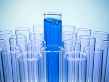 Tube à essai avec le liquide bleu photos libres de droits