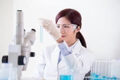 Tube à essai de prise de scientifique de femme images libres de droits