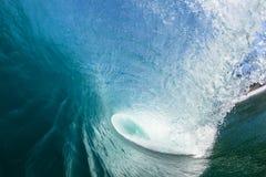 Tube bleu de cavité de vague à l'intérieur de l'eau de natation Photographie stock