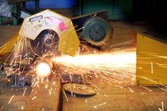 Tube d'acier de découpage d'ouvrier industriel Image libre de droits