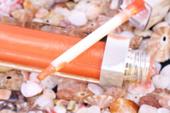 Tube de lustre de languette sur le fond de seashell photographie stock