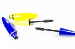 Tube de mascara et applicateur lumineux de baguette magique photographie stock libre de droits