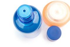 Tube et crème bleus de lotion après-rasage sur le blanc Image libre de droits