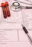 Tube et stéthoscope d'analyse de sang avec le stylo Photographie stock libre de droits