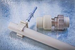 Tube fileté de l'eau de bride de connecteur de tuyau sur le fond métallique photo stock