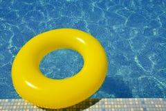 Tube gonflable coloré flottant dans la piscine Photo libre de droits