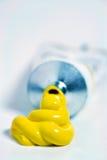 Tube jaune de peinture Image stock