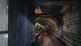 Tube métropolitain dans la lumière de lampes Photo stock