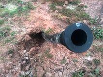 Tube noir pour le câble ou câblage pour les électricités ou l'eau Photos libres de droits