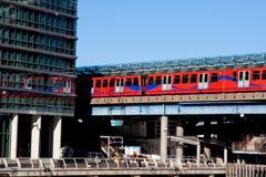 Tube s'arrêtant à la gare jaune canari de quai Photo libre de droits