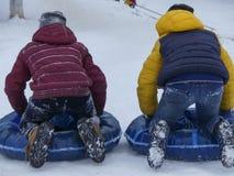 Tubería adolescente de la nieve de dos muchachos Fotografía de archivo
