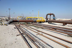 Tubería del petróleo y gas en el desierto Fotos de archivo libres de regalías