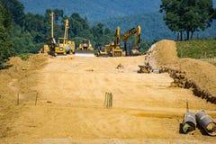 Tubería del valle de la montaña que quita la tierra vegetal de tierras de labrantío de Farmer's Foto de archivo
