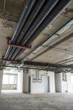 Tubería en el techo Interior bajo construcción Foto de archivo libre de regalías