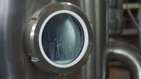 Tubería en la fábrica de la lechería Cisternas enormes para la leche el almacenar y de la fermentación Equipo en las instalacione almacen de metraje de vídeo