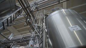 Tubería en la fábrica de la lechería Cisternas enormes para la leche el almacenar y de la fermentación Equipo en las instalacione almacen de video