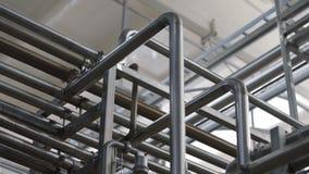 Tubería en la fábrica de la lechería Cisternas enormes para la leche el almacenar y de la fermentación Equipo en las instalacione metrajes