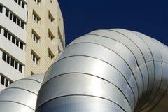 Tubería grande y nuevo edificio. Imagen de archivo libre de regalías