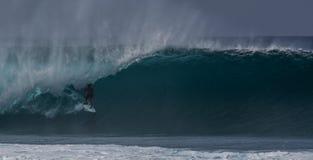 Tubería Hawaii Oahu de la onda que practica surf Imagen de archivo