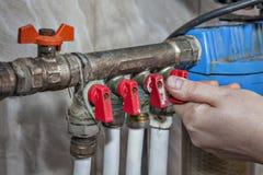 Tubería multíple del sistema de la fontanería para la distribución de agua de la casa Imagen de archivo libre de regalías