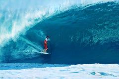 Tubería que practica surf de Damián Hobgood de la persona que practica surf en Hawaii Imagen de archivo