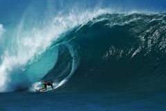 Tubería que practica surf de Evan Valiere de la persona que practica surf en Hawaii Imagen de archivo