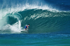 Tubería que practica surf de Gabriel Medina de la persona que practica surf en Hawaii Foto de archivo libre de regalías