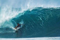 Tubería que practica surf de Marco Hickman de la persona que practica surf en Hawaii Foto de archivo libre de regalías