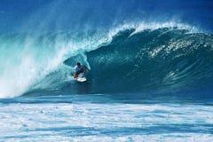 Tubería que practica surf de Miguel Bourez de la persona que practica surf en Hawaii Imagen de archivo libre de regalías