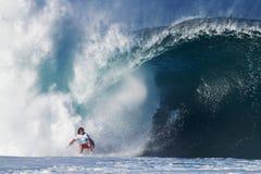 Tubería que practica surf juliana de Wilson de la persona que practica surf en Hawaii Fotografía de archivo
