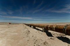 Tubería a través del desierto de Atacama Foto de archivo libre de regalías