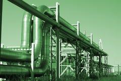 Tuberías industriales contra el cielo azul Fotografía de archivo libre de regalías