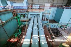 Tuberías industriales del vapor en el pasillo del generador de poder en la central nuclear Imagenes de archivo