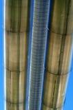 Tuberías industriales y líneas eléctricas eléctricas Fotos de archivo libres de regalías