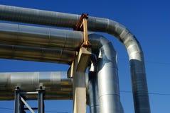 Tuberías industriales y líneas eléctricas eléctricas Imagen de archivo