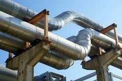 Tuberías industriales y líneas eléctricas eléctricas Imagen de archivo libre de regalías