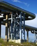 Tuberías industriales y líneas eléctricas eléctricas Fotografía de archivo