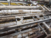 Tuberías, válvulas y equipo de acero industriales oxidados viejos en el po Imagen de archivo