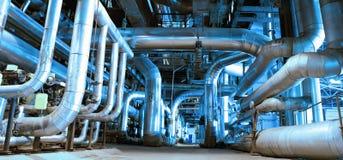 Tuberías y cables de acero en tonos azules Fotografía de archivo libre de regalías