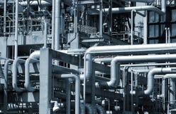 Tuberías y opinión de las torres de la refinería del petróleo y gas imagenes de archivo