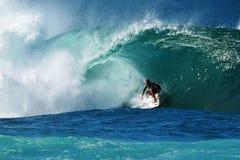 Tubería que practica surf de Kieren Perrow de la persona que practica surf en Hawaii Imágenes de archivo libres de regalías