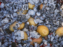 Tubercules de pomme de terre cuits au four dans le charbon de bois chaud image stock