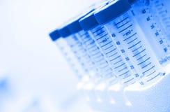 Tubes à centrifuger dans le laboratoire Photo stock