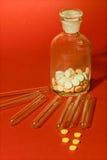 Tubes à essai avec le récipient et les comprimés en verre de médecine images stock