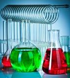 Tubes à essai avec les liquides colorés photo stock