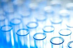 Tubes à essai dans le DOF peu profond principal élevé bleu Image stock